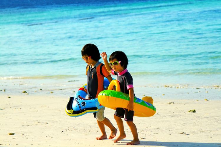 The twins so funny on the beach with the white sand Beach Sand Sea Child Boys Childhood Togetherness Vacations Summer Smiling Sand & Sea Funny Swimming Time Ocean View People Walking Around Wearing Glasses Twinsister Twins Two Paint The Town Yellow EyeEmNewHere