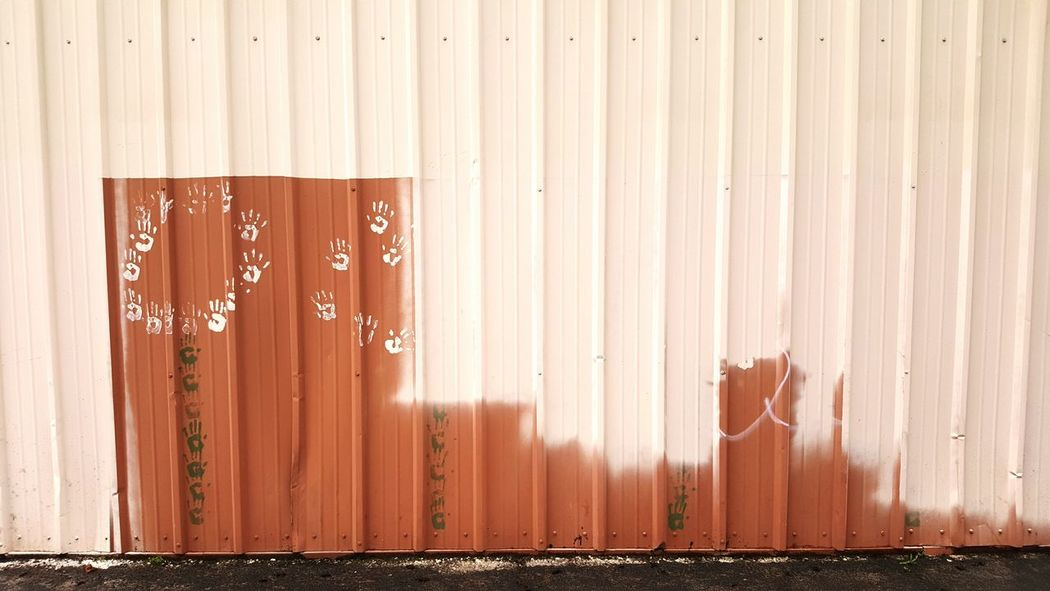 Wall Handprint Allyway Painted Image PaintJob Mural Mural Art EyeEm Selects Corrugated Iron Day No People Outdoors Close-up