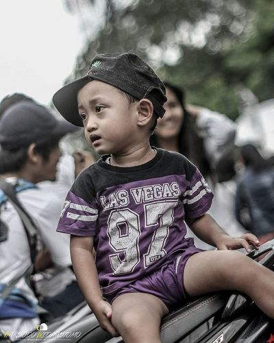 Seorang anak kecil yang menunggu ayahnya membeli minum. @human_interest.id @huminesia @pfijakarta @pewartafotoindonesia @fotograferindonesia @indonesia_photography @infia_fact @1000kata Humaninterestindonesia Hi_idindonesia Info_hiid Indonesia_photography Photo Photooftheday Photos Photochallenge Photographer Photoftheday Photograph Photoshop Photoofday Photobooth Photoadaychallenge Photobomb Photoshoot Phototag_it 1000kata Photolocker Photocollage Photooftheweek Photodaily Photogram Photoparade photoday photomafia photowall snapthescene creativeandfunphotography