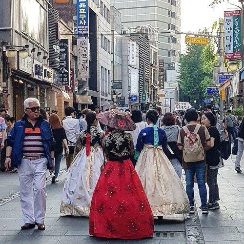 Insadong Hanboks Tripwithson2017 Tripwithsonmay2017 Streetphotography Seoul Streetphotography Seoul South Korea