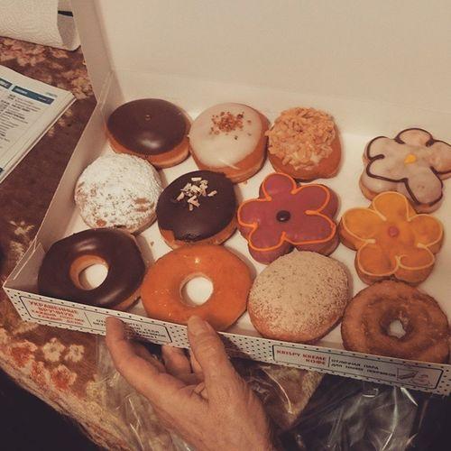 Цветы это слишком просто. Вот сладкие цветы - это да) 🍩🌷 С праздником! Дарите друг другу любовь, счастье и вкусности)) свосьмыммарта бабийдень вкусности пончики krispykreme yummy doughnuts