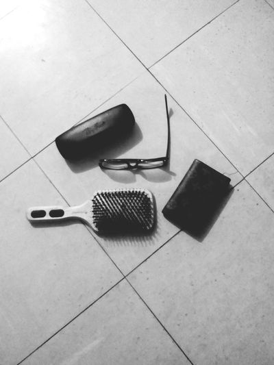 What's in my bag? Hairbrush Wallet RayBans® Paganini