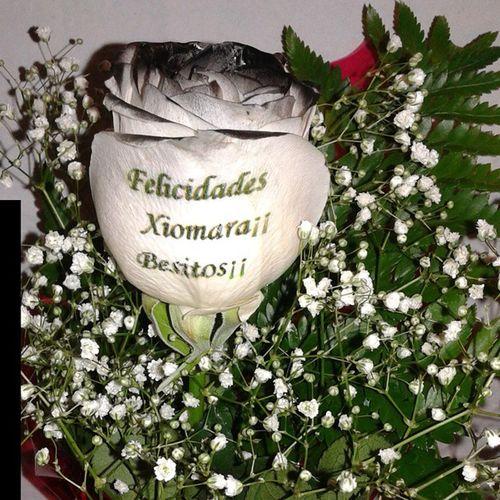 Una rosa negra significa eternida, y en esta ocasion ademas la felicita con un mensaje en el petalo. Http://graficflower.com Rosanegra Rosasnegras