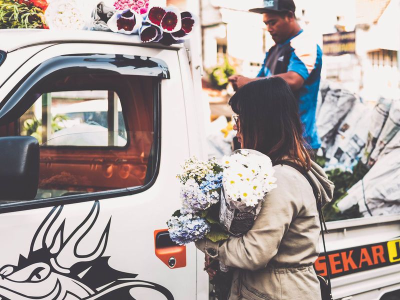 Flower Girl Busy Car Casual Clothing Creative Shots Crowd Day Flower Flower Girl Land Vehicle Local Market Men Outdoors People Real People Rush Hour Street Street Photography Streetart Streetphoto_color Streetphotography The Street Photographer - 2017 EyeEm Awards Transportation Two People