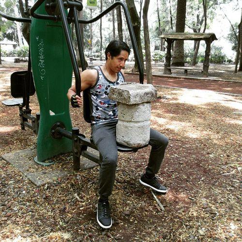 Con un poco de imaginación puedes hacer una buena rutina para ejercitar pecho, espalda y brazo. ParqueMéxico Rutina Ejerciciotime PechoYEspalda