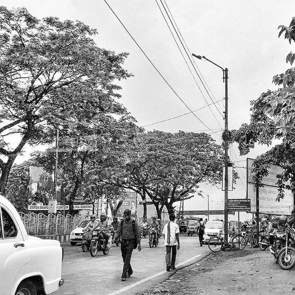 Busy Street Bhubaneswar India Noir Amateur Firstbnw Blackandwhite Sundaypost @streets.of.india Streetsofindia _soi Walk Urgetoclick