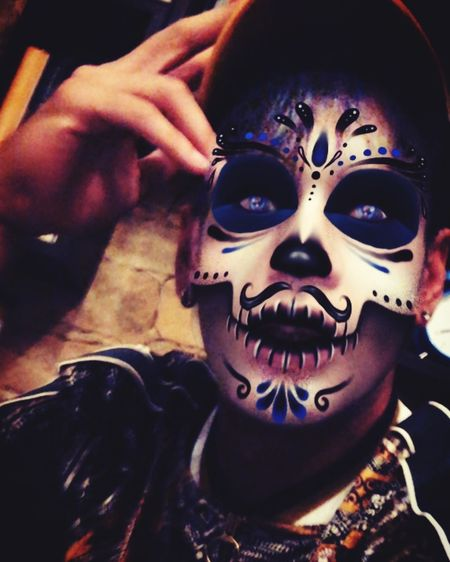 Byme Santamuerte EyeEm Best Shots Danceforlife Dancers Indoors  Real People Human Body Part People Close-up Human Hand Spooky Halloween Indoors  Portrait Adult Face Paint Make-up Horror Disguise Creativity Mask - Disguise Fear Witch Mask Mystery Headshot Celebration