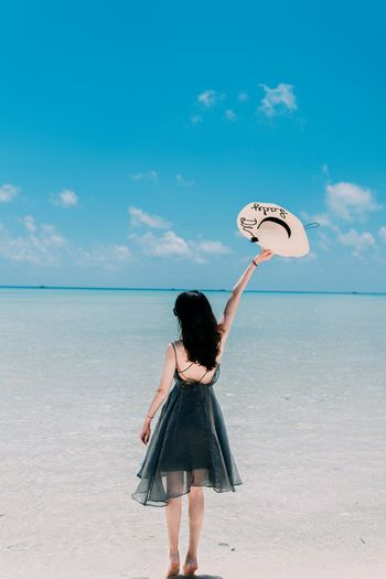Sunlight NikonD810 男仔很忙 Semporna Land Sky One Person Beach Rear View Sea Nature Water Cloud - Sky Leisure Activity Adult Day Standing Sand Women Horizon Real People Lifestyles Three Quarter Length Horizon Over Water