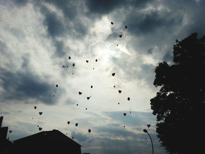 Flug Himmel Wolken Clouds Sky Herzen Hearts Luftballons 99 Luftballons Liebe Love 99 Red Baloons Hochzeit Wedding Wunsch Wishes Hochzeitsbrauch Alles Gute Flying Mid-air Coordination Motion Sky Cloud - Sky First Eyeem Photo EyeEmNewHere