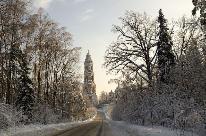 Road passing through buildings in winter