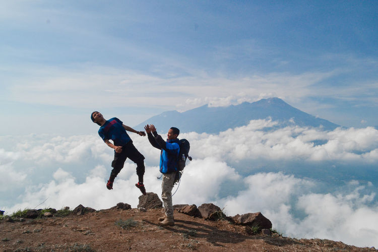 Sky Real People Leisure Activity Cloud - Sky Lifestyles Mountain Men Full Length Day Nature People Hiking Togetherness Beauty In Nature Tranquil Scene Scenics - Nature Tranquility Casual Clothing Activity Adventure Outdoors