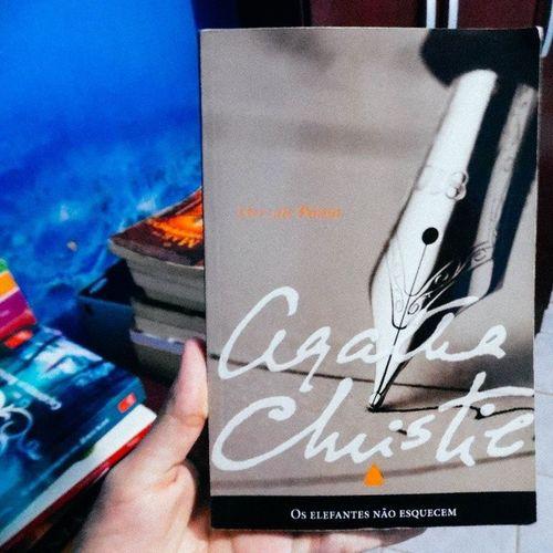 Leitura da vez (ainda esperando alguém me emprestar O Senhor dos Anéis ou O Hobbit) Vscocam Agatha Poirot