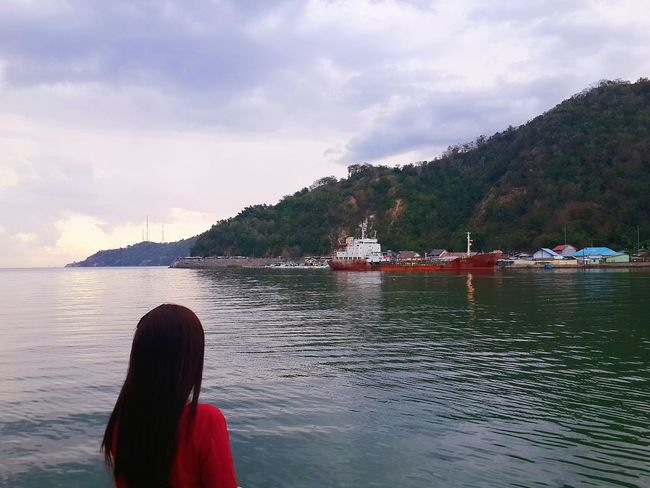 People And Places Water Rear View Mountain Sky Cloud - Sky Scenics Vacations Lake Mode Of Transport Tourism Tranquil Scene Sea Person Nature Photooftheday Red Fun Lakeview Outdoors Traveling