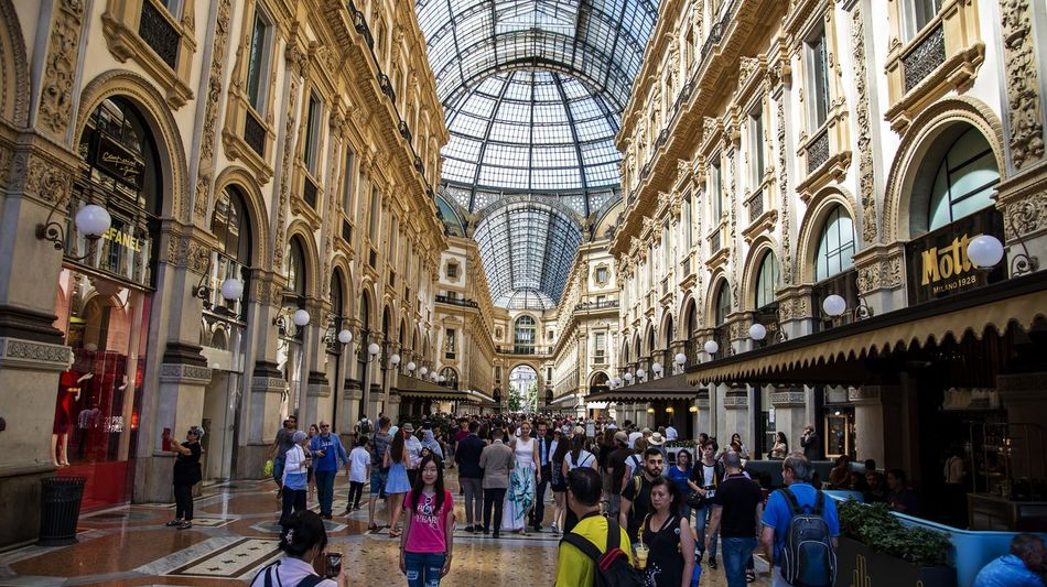 Piazza Duomo Street Artist Adult Arch Architecture Building Built Structure Ceiling City Consumerism Crowd Group Of People History Large Group Of People Leisure Activity Lifestyles Men Mialano Outdoors Real People The Past Tourism Travel Travel Destinations Walking Women