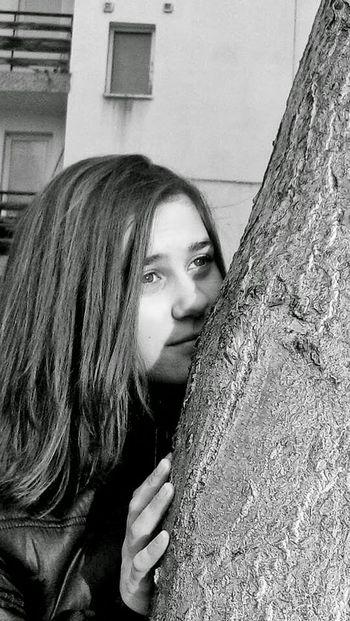 Little Me :) Black And White Relaxing Justrandomuploads😊 That's Me Enjoying Life Holiday Tryavna Tree