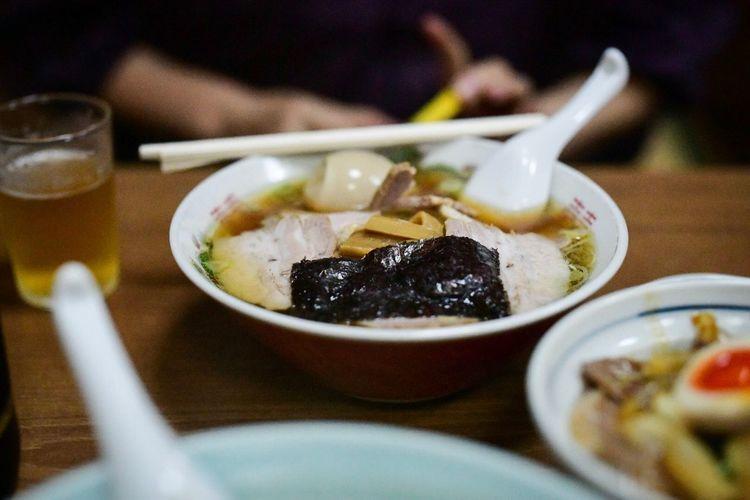 人が食べているものも気になってしまう、食べ物。Rahmen。 Food And Drink Food Ready-to-eat Indoors  Healthy Eating Wellbeing Freshness Selective Focus Bowl Asian Food Table Close-up Eating Utensil