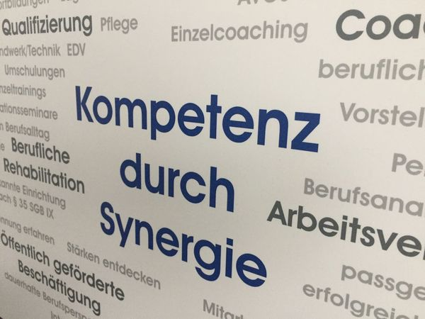 Advertisement message: Kompetenz durch Synergie (German for Competence through synergy) Advertising Business Creativity German Language Innovation Opportunity Slogan Advertisement Close-up Coaching Competence Marketing Message No People Proposal Strategy