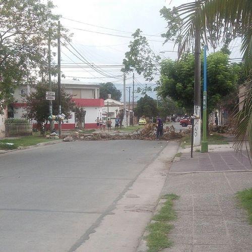 Barricadas y gente armada en san lorenzo al 2900 Saqueos Saqueosentucuman
