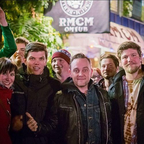 Dave Hause von The Loved Ones mit Fans vor dem #ramonesmuseum #Berlin - #DaveHause Ramonesmuseum Davehause Berlin