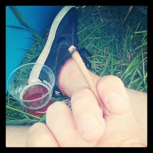На фестиваль пошел Дождь , сидим в палатка , пьем пиво , курим биди.