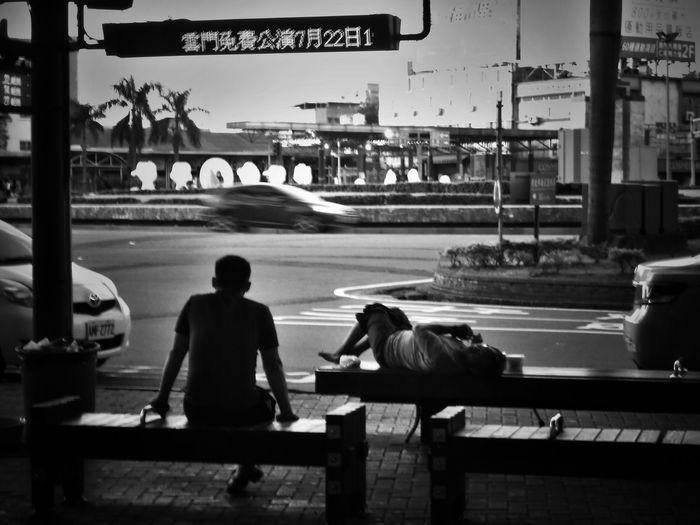 2017/6/25 街拍獵影~晨間公車站 於臺南 Bus Bus Stop Taiwan Bw Bw_lover BW_photography B&w Photo B&w Bw Photography B&w Photography Bwphotography Streetphotography Street Street Photography Streetphoto_bw Street Scene Streetphotography_bw b&w street photography City Sitting Men EyeEmNewHere