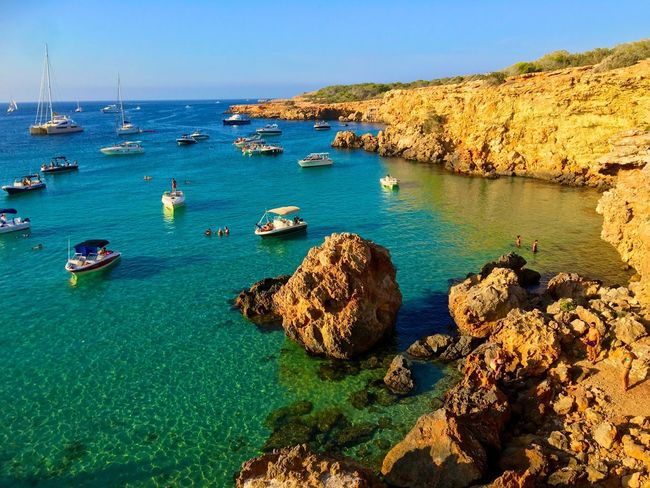 Ibiza. Eivissa. Cala Comte Ibiza Eivissa Sea Seaside Sea And Sky Seascape Sea View Sea Life Cost Traveling Travel Photography Cala Comte Summertime Summer Views Summer Summer ☀ Boats Boats⛵️ Boatwiew Cove Boats And Sea Boat Boats On Water Afternoon Sun Afternoon Sea