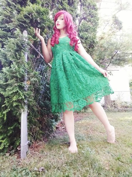 DC Comics' Villains Cosplayer Cosplay Poison Ivy Taking Photos That's Me DC Comics Check This Out Hanging Out