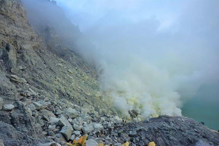 Sulphur miners seen descending into the Ijen Crater to mine more sulphur. Green Lake Sulphur Miners Kawah Ijen Ijen Crater Ijen Sulphur Sulphur Mining Power In Nature Scenics - Nature Rock - Object Active Volcano Volcanic Crater Non-urban Scene Physical Geography Smoke - Physical Structure Volcano Mountain Geology Rock Beauty In Nature Volcanic Landscape Outdoors The Photojournalist - 2019 EyeEm Awards The Photojournalist - 2019 EyeEm Awards