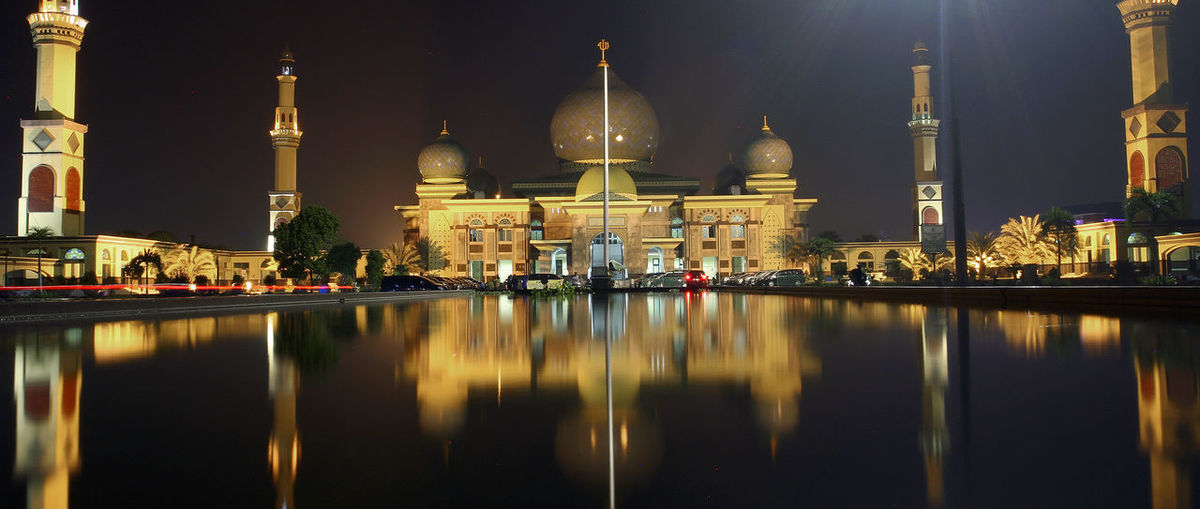 The architecture of the grand mosque an-nur pekanbaru, indonesia, resembles the taj mahal in india.