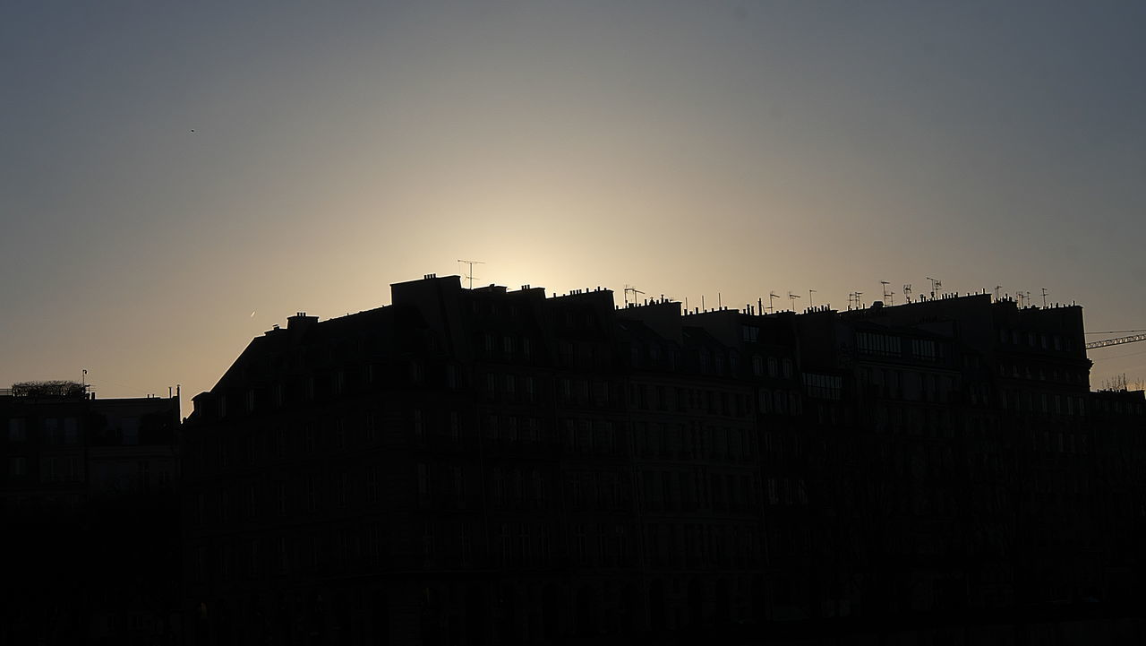 LOW ANGLE VIEW OF SILHOUETTE BUILDINGS AGAINST SKY AT DUSK