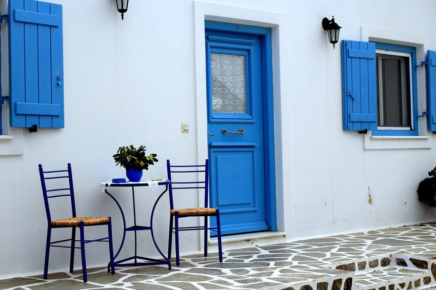 One day, on the Paros Island, i found this house so typical and so pretty! Architecture Bleu Day Façade Façade Grèce, Greece, Holidays House Maison No People Peaceful Trip Typical Greece Facade Voyage