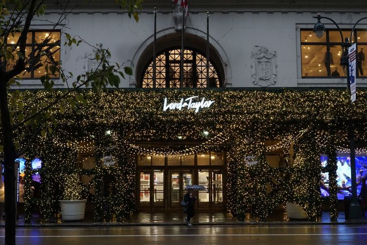 Illuminated Tree Christmas Decoration Architecture Built Structure Christmas Building Exterior Christmas Tree Outdoors Christmas Lights 5th Avenue, NYC 5th Avenue 5th Ave Department Store Lord And Taylor Newyorkcity Rainy Days New York New York City City Rainy Morning