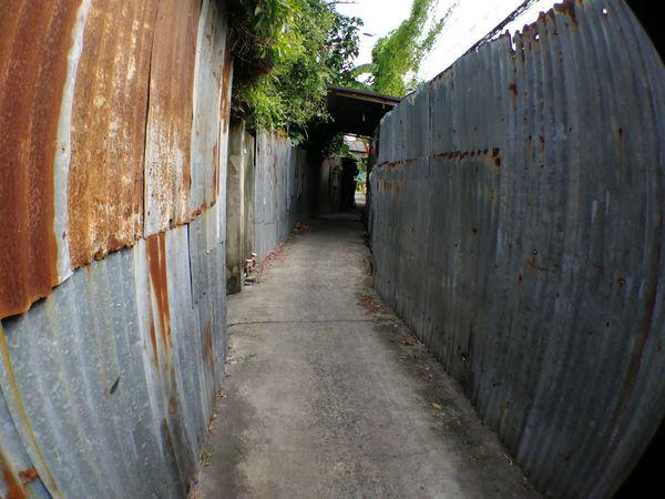 EyeEm Selects Built Structure Street Photography Town ทางเดิน รั้วสังกะสี รั่ว
