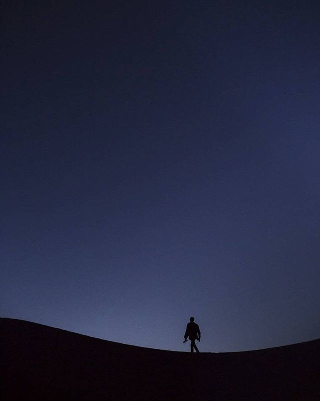 silhouette, one person, real people, copy space, lifestyles, full length, leisure activity, clear sky, low angle view, outdoors, nature, one man only, vacations, healthy lifestyle, men, adventure, desert, sky, only men, day, adults only, adult, people, beauty in nature, sand dune, astronomy