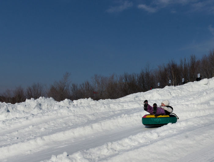 Snow slide with tube 3 Cold Cold Temperature Cold Weather Covering Fun Hill Outdoors Real People Sky Slide Slides Sliding Snow Snow Slide Snow Sliding Snow Tubbing Snow Tubing Snow ❄ Tobogan Toboggan Toboggan In Winter Tobogganing Tube Weather Winter