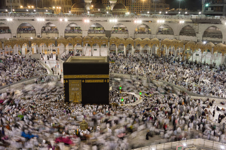 Muslim pilgrims from all over the world gathered to perform Umrah at the Haram Mosque in Mecca. Haram Mosque is the holiest mosque in Islam. Kaabah MUHAMMAD Mecca Saudi Arabia Peace And Quiet Pray Umrah Haram Holy Place Mosque Muslim Pilgrim Round