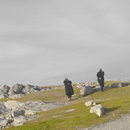• دست_به_کمر پیری زن کوه چمن آسمان  سنگ HandsInBack ! MagicColor Green Sky Stone Rocks