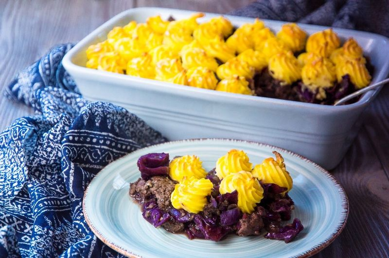 Rotkohl-Tatar-Auflauf mit Herzoginkartoffeln 😍 Auflauf Rotkohl Redcabbage Food Food And Drink Plate Yellow Ready-to-eat Indoors  Bowl Vegetable Healthy Eating No People Day