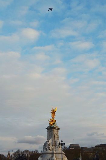 Plane presentation in london Statue Human Representation Sculpture Architecture Cloud - Sky Sky Building Exterior Bird Built Structure No People Low Angle View City Outdoors Day London Buckingham Palace Buckinghampalace London Lifestyle LONDON❤ Londonlife England Gold Golden Traveling Home For The Holidays