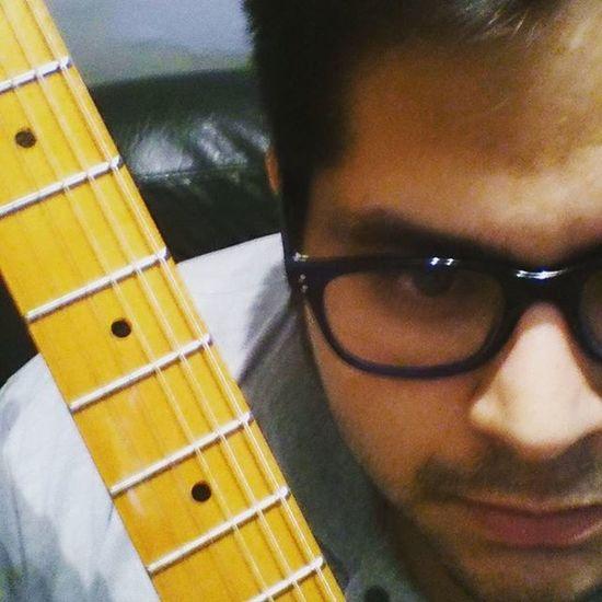 Que FEO ser a veces una NOTA MÚSICAL un DÍA estas siendo parte de una armoniosa CANCIÓN Y al otro día sos PRISIONERA en la guitarra de este psicólogo que no AFINA. Me pasa con el POEMA también. Fotografia Foto Frases Frase Aburrido Guitarra Musica Notasmusicales Desafinado Noche Ironía Stratocaster Córdoba Psicologiando Ansiedad
