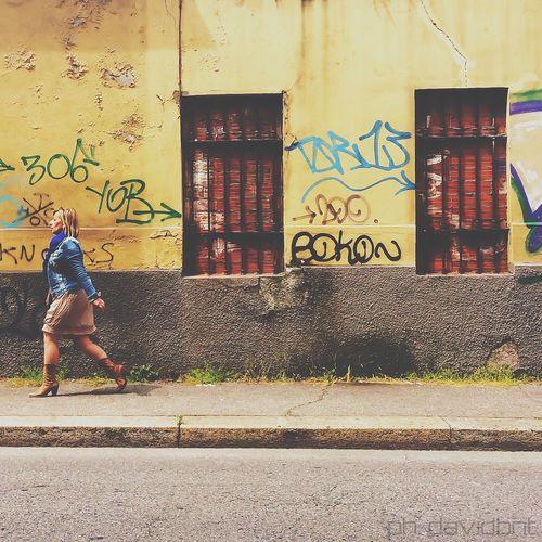 Walking between the #streetart of Turin [taken w/ #vscocam] ・ #lamiaTorino ・ Vscocam Streetart Streetphotography People