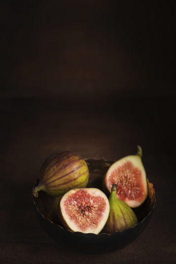 Figs Green Red Arranges Dark Background Fig Food Food Still Life Foodphotography Fruits Healthy Eating Indoors  No People Sweet Tabletop