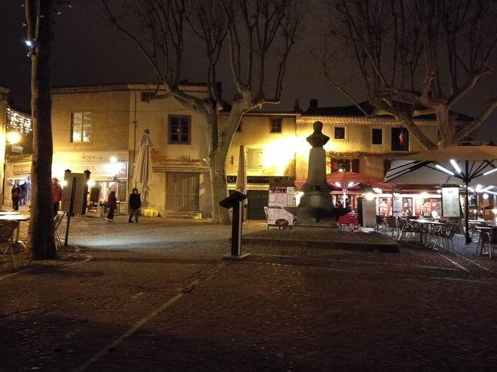 La Plaza de la Cuidad Medieval de Carcassone de Noche