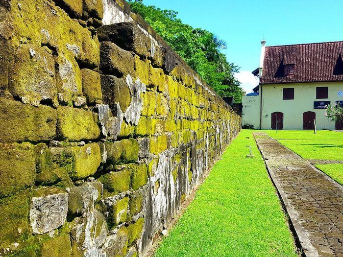 stone wall Open