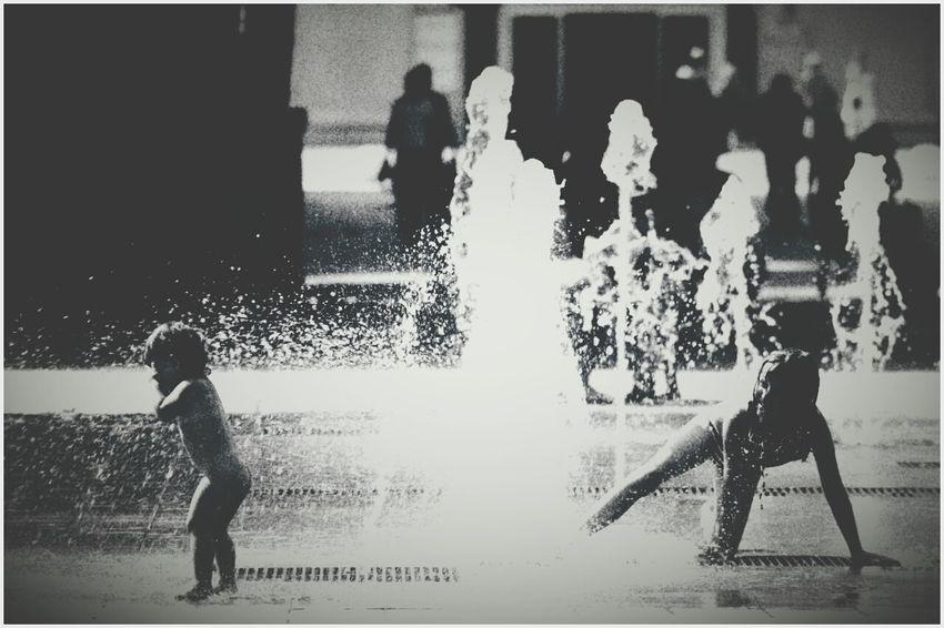 des enfants jouent avec les jets d'eaux de l'Antigone