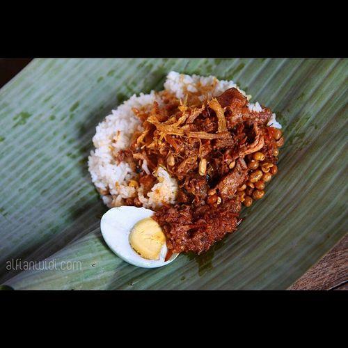 Nasi Puyung. Satu porsi kuliner khas Lombok ini terdiri dari nasi putih, suwir ayam pedas, suwir ayam kering, kacang antap (kedelai) goreng dan sambal. Bisa juga ditambahkan telor asin. Nasi balap puyung ini sangat cocok bagi pecinta pedas karena rasa pedasnya sangat terasa. Sambalnya cukup unik karena selain terbuat dari garam, terasi, bawang putih, cabai kering dan tomat juga menggunakan ubi sehingga bertekstur cukup kental. Rasa pedas bukan hanya disumbangkan oleh sambal, tapi suwir ayamnya juga sudah pedas. Suwir ayam keringnya digoreng dua kali dengan bahan-bahan yang sama dengan sambalnya kecuali ubi. Nasipuyung Lombok Kuliner Explorelombok INDONESIA Indonesianfood Asianfood 1000kata Pesonaindonesia Wonderfulindonesia