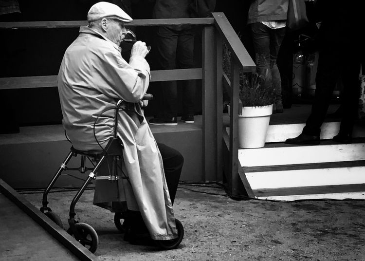 Moment for a class of wine Real People Streetphoto_bw Blackandwhite Wineglass Blancoynegro Streetphotography
