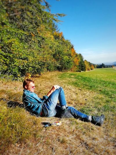 Break Hiking Nature Forrest Nature Man Best Ager Silver Agers Sunny Day Sunny Autumn Day Tree Full Length Relaxation Low Section Lying Down Sitting Sky Grass Casual Clothing Park - Man Made Space Hiker Hiking Pole Backpack Mountain Climbing Trail Explorer