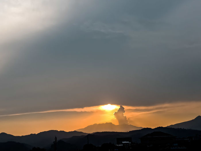 The sunset behind the mountain, the sky and the beautiful clouds shine