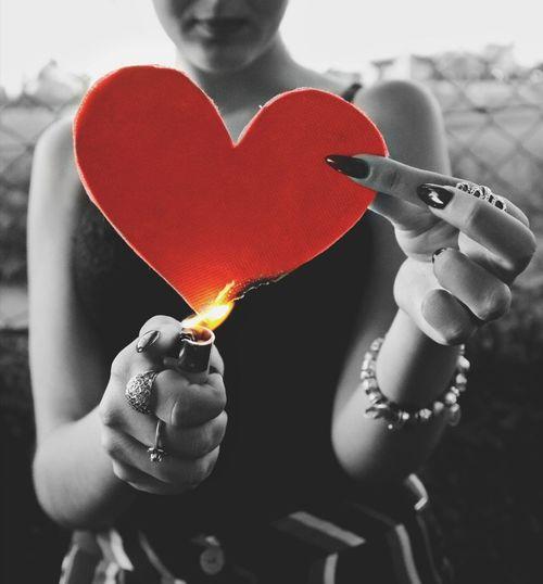 O te dejas quemar por la pasión o incendias tu corazón con remordimiento... Tú eliges. Flames Redheart Blanckandwhite Briquet Llama Corazón Pasión  Quemando Fuego 🔥 Cuore Accendino Red Love One Person Portrait Loveburnsbright 💖 Burning Cuore❤